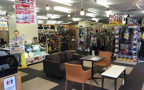 リサイクルショップ リバース東広島店 11月 売場リニューアル♪ 古着 衣類 服飾 家電製品 工具 ブランド陶器 腕時計 靴 かばん 帽子 カープグッズ