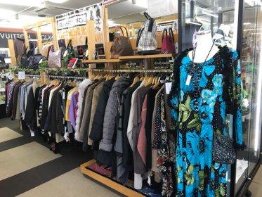 リサイクルショップ リバース東広島店では、すでに秋冬物衣類が豊富にございます☆ 古着 年中買取 季節問わず買取しております。